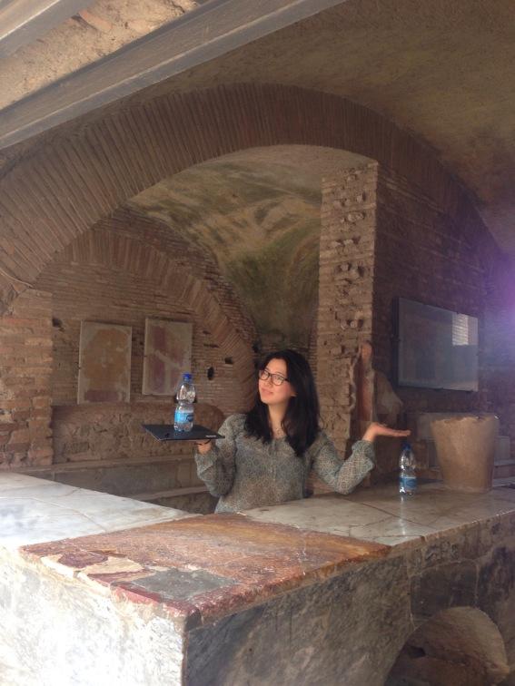 Meine Patin Bo beim servieren an der vielleicht ältesten Bar der Welt